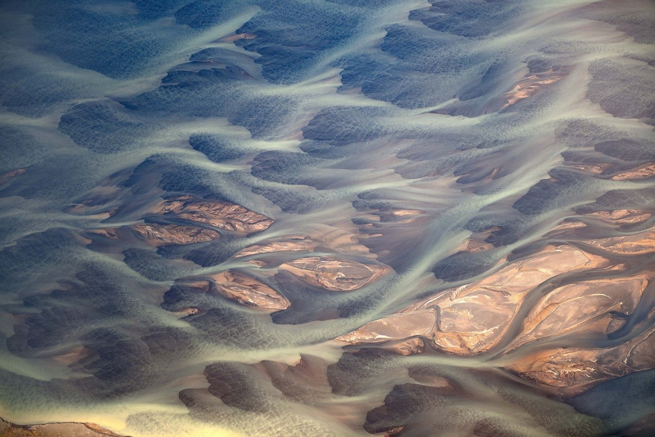 colorwaves-volcanic-river-iceland-andre-ermolaev