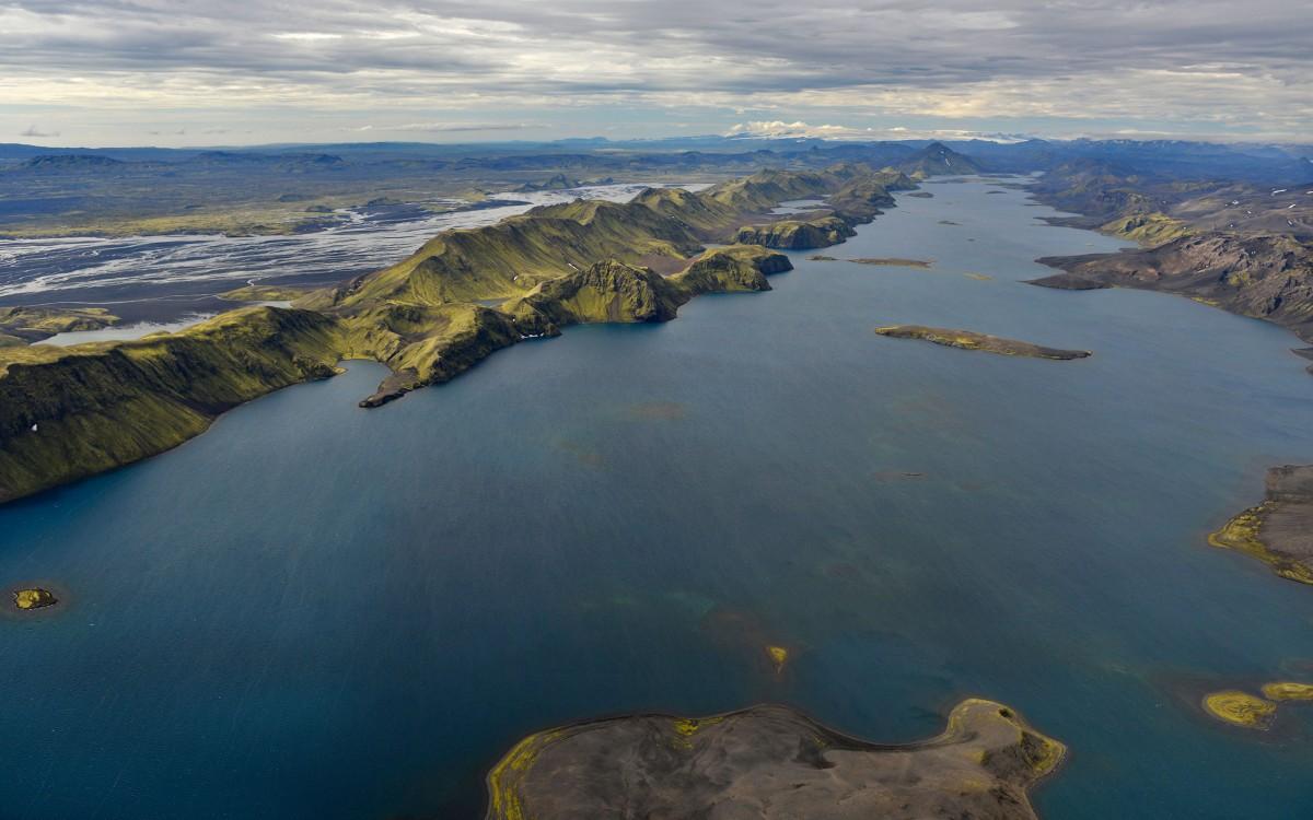 iceland-lake-longuijor-wind